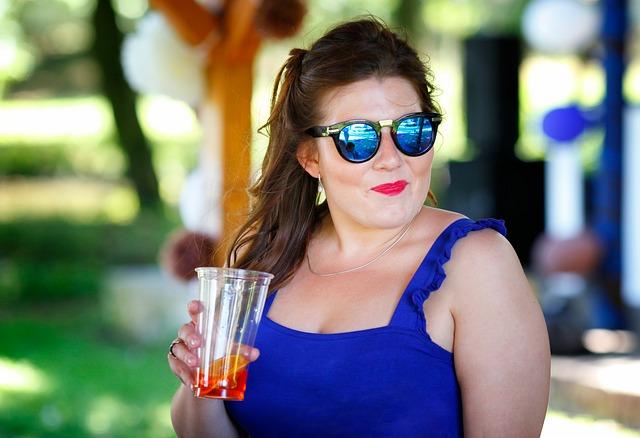 žena s koktejlem