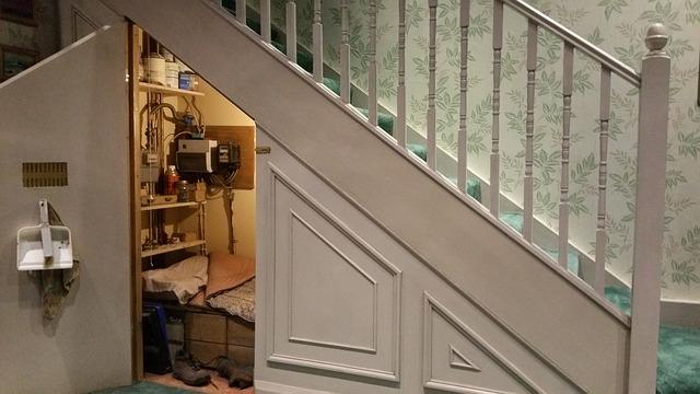 vestavěná skříň pod schody.jpg